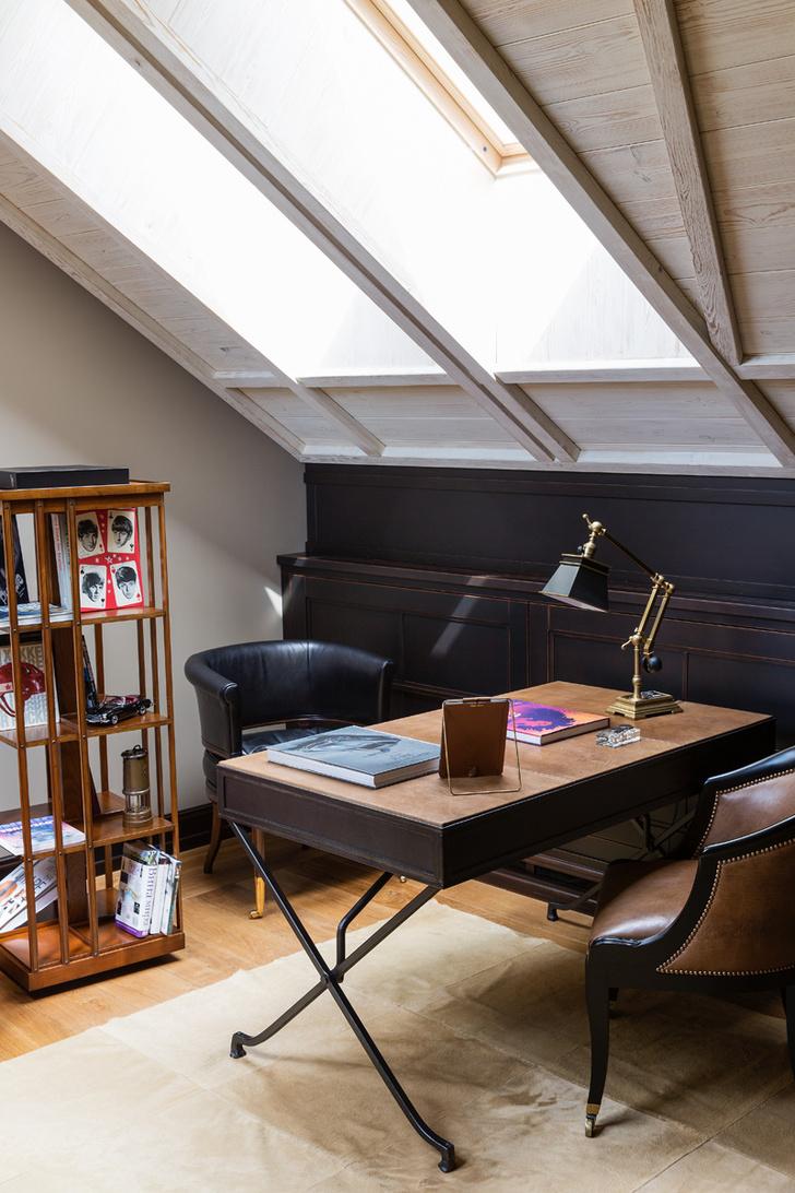 Кабинет. Стулья, стол Soane, настольная лампа, все — Visual Comfort.