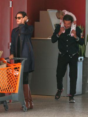 Редкий выход: Брэдли Купер и Ирина Шейк с дочкой на шопинге (фото 1)