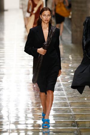 Какой бренд стал лучшим и получил сразу четыре награды на British Fashion Awards? (фото 1.1)