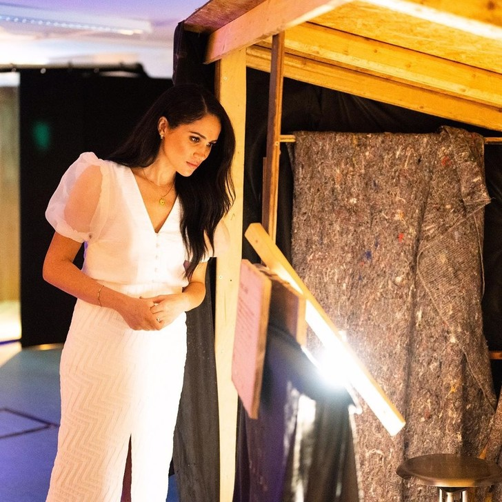 Естественная и безупречная: Меган Маркл в белоснежной прозрачной блузе (фото 3)