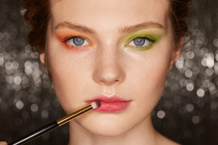 Поэтапная инструкция: 2 новогодних макияжа от визажистов Елены Крыгиной (фото 12)