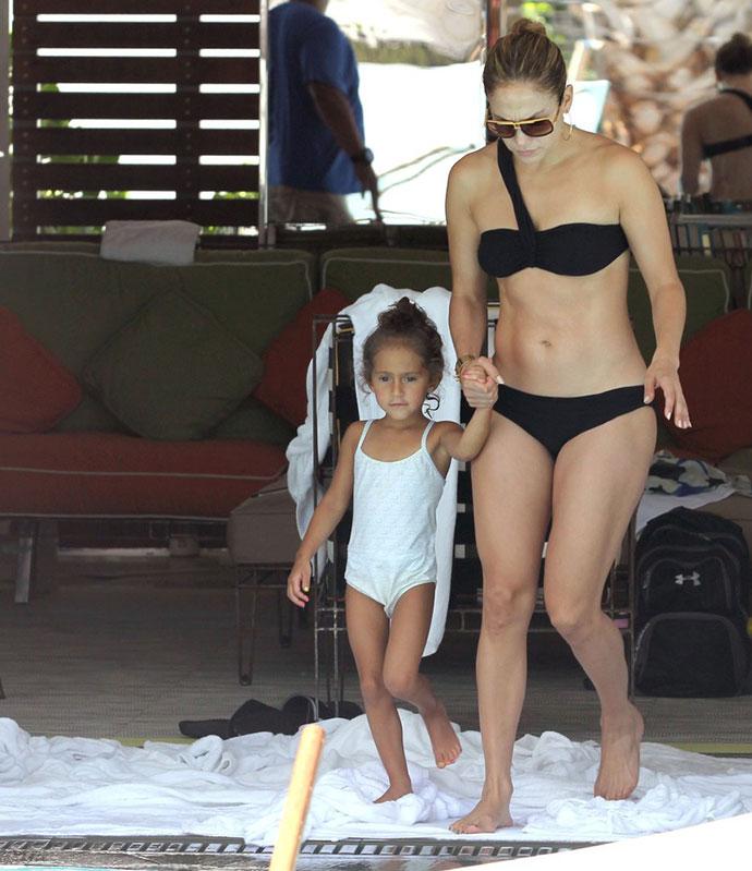 Дженнифер энистон фото в молодости в купальнике школа сериал кто снимался в