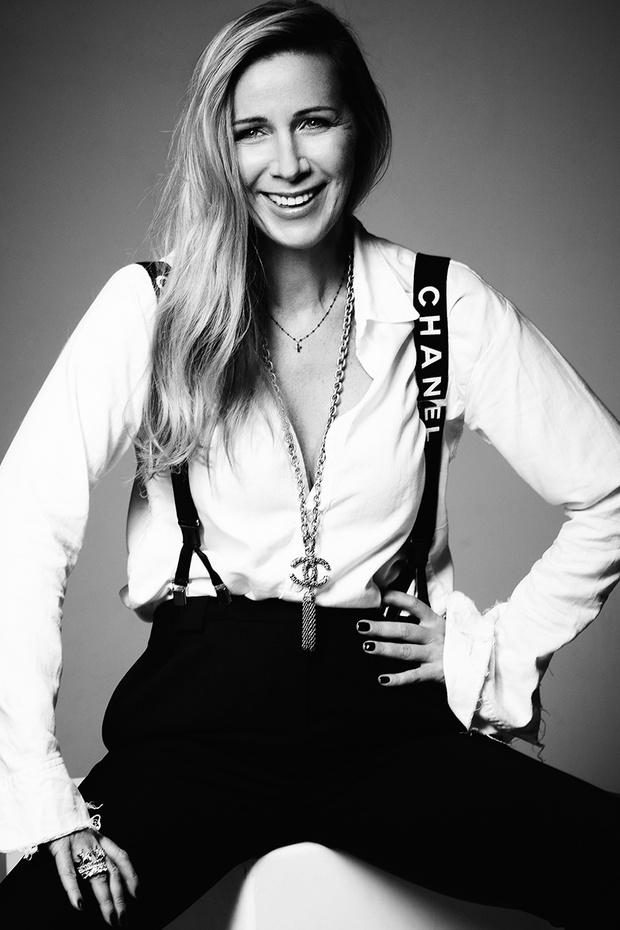 Рубашка, Elena Dawson; брюки, Acne Studios; подтяжки, колье, все —Chanel