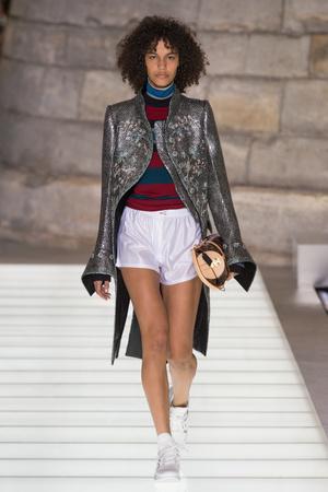 Показ Louis Vuitton коллекции сезона Весна-лето 2018 года Prêt-à-porter - www.elle.ru - Подиум - фото 660591