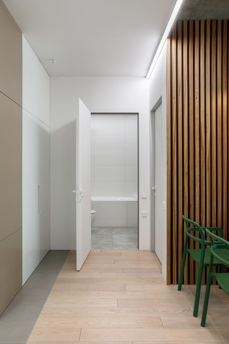 Лаконичная квартира с бетонным потолком и деревянными стенами 71 м² (фото 7.2)