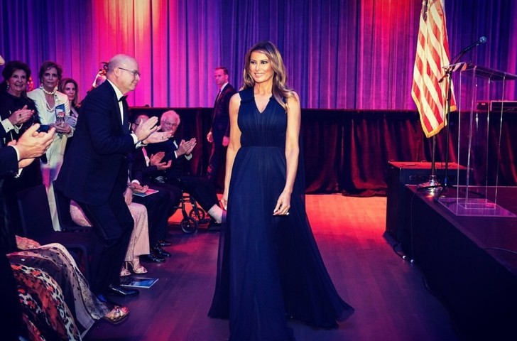 Мелания Трамп сорвала овации в платье любимого королевского оттенка (фото 1)