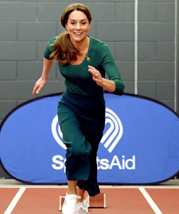 Белые кроссовки + изумрудные кюлоты: у Кейт Миддлтон есть свежая идея, в чем ходить в спортзал