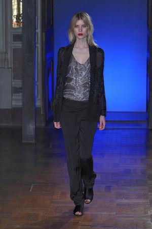 Показ Anne Valerie Hash коллекции сезона Весна-лето 2010 года haute couture - www.elle.ru - Подиум - фото 138015