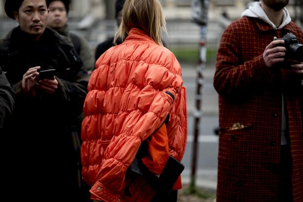 Красные куртки против желтых жилетов: стритстайл на Неделе мужской моды в Париже (фото 7)
