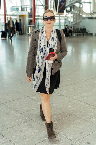 Редкий выход: Кейт Уинслет дополнила черное платье жакетом и платком с черепами (фото 0.1)