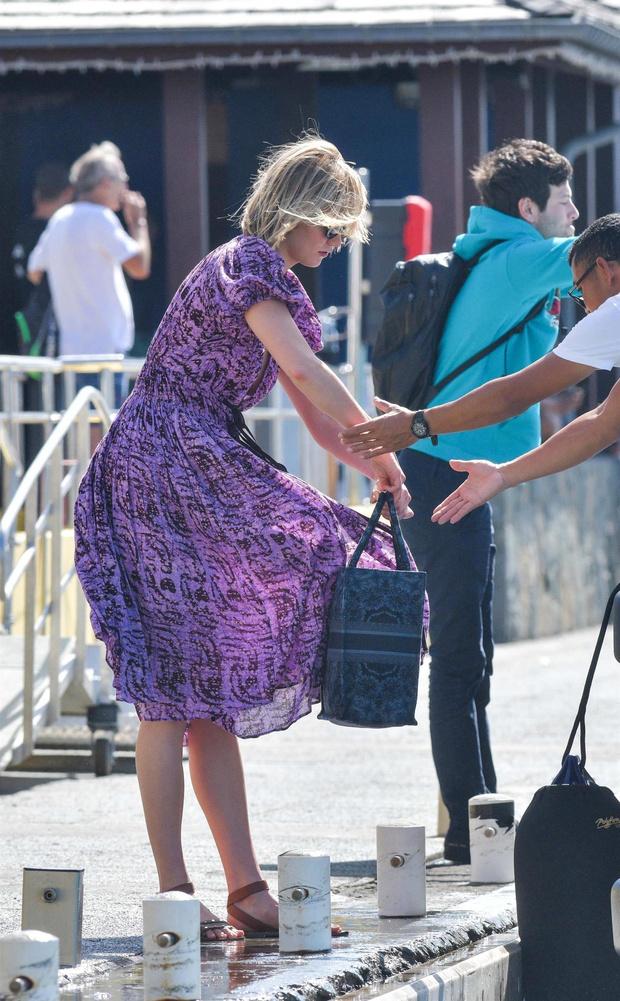 Выбирайте платье как у Карли Клосс если летите в жаркую страну (фото 3)