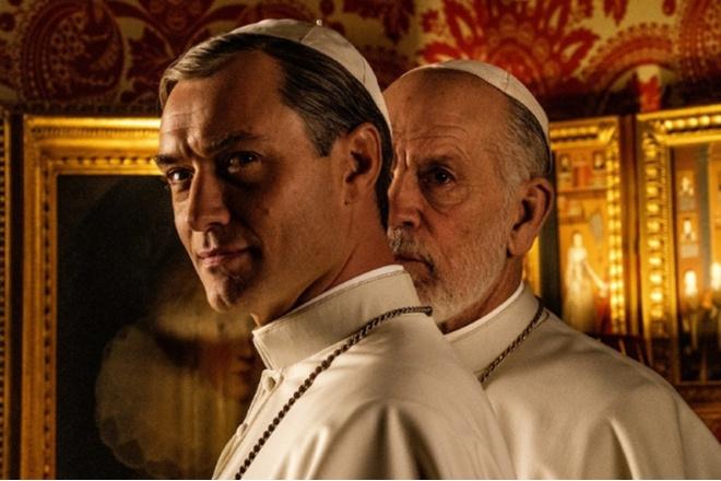 Белым бело: Джон Малкович на съемках сериала «Новый Папа» (фото 4)