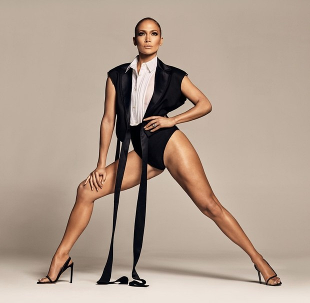Никаких брюк: шелковый смокинг с высоким нижним бельем Дженнифер Лопес (фото 1)
