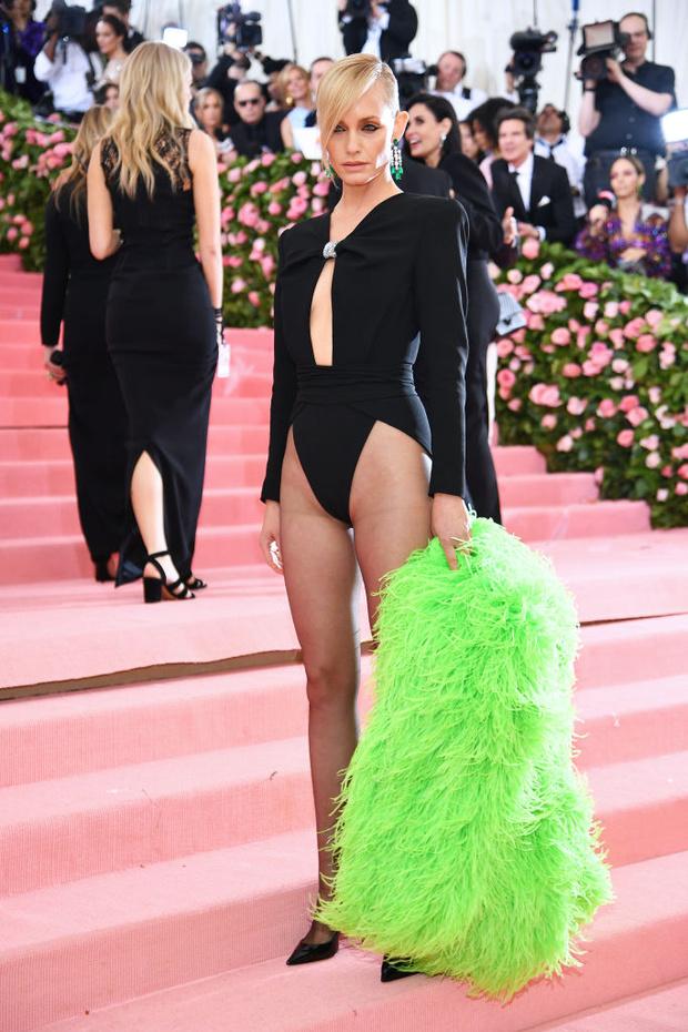 20 роскошных и два «голых» платья: все супермодели на Met Gala (фото 11)