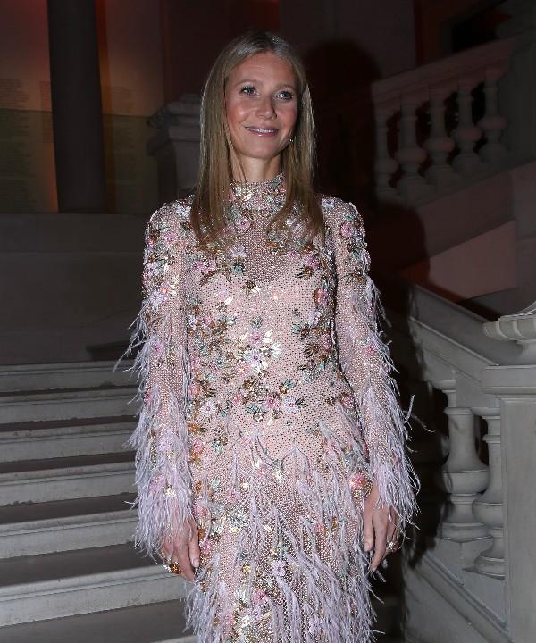 Все лучшее сразу: перья, стразы и цветы на романтичном платье Гвинет Пэлтроу