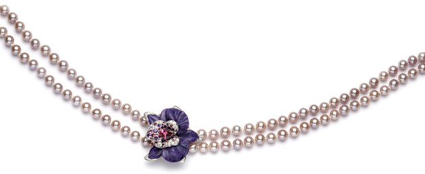 Kолье Caresse d'Orchidees, белое золото, жемчуг, чароит, турмалины, аметисты, сапфиры, бриллианты, Cartier, 2 370 000 руб.