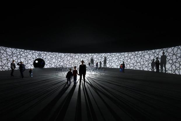 В Фонде Louis Vuitton открылась выставка Олафура Элиассона Contact