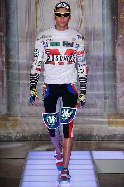 Во Флоренции прошел показ мужской коллекции Moschino | галерея [1] фото [2]