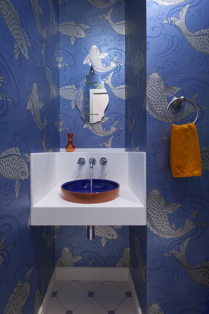 Санузел: обои, Osborne & Little, керамическая плитка, Vives Vodevil, раковина и смеситель, VitrА.