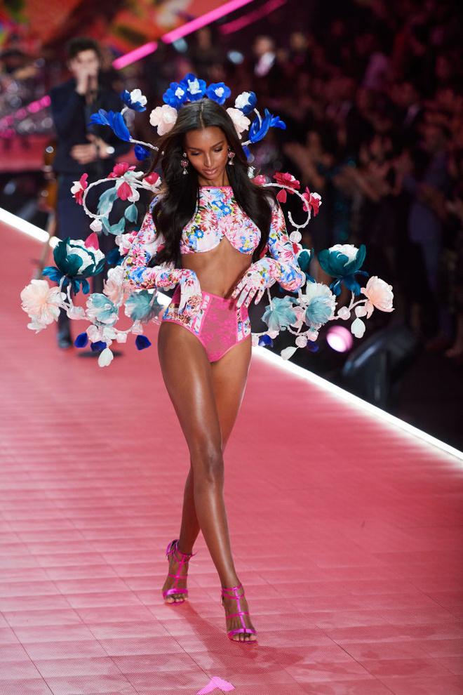 Прекрасные создания: самые яркие образы с шоу Victoria's Secret (фото 9.1)