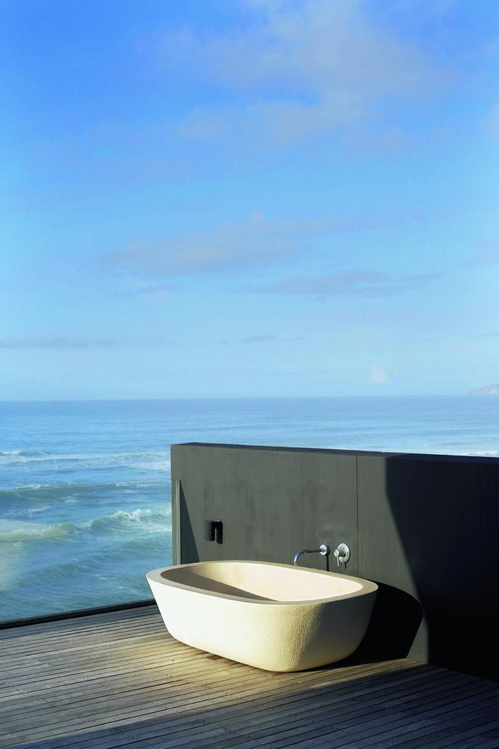 Лежа в ванне на террасе, можно наблюдать за проплывающими мимо китами.