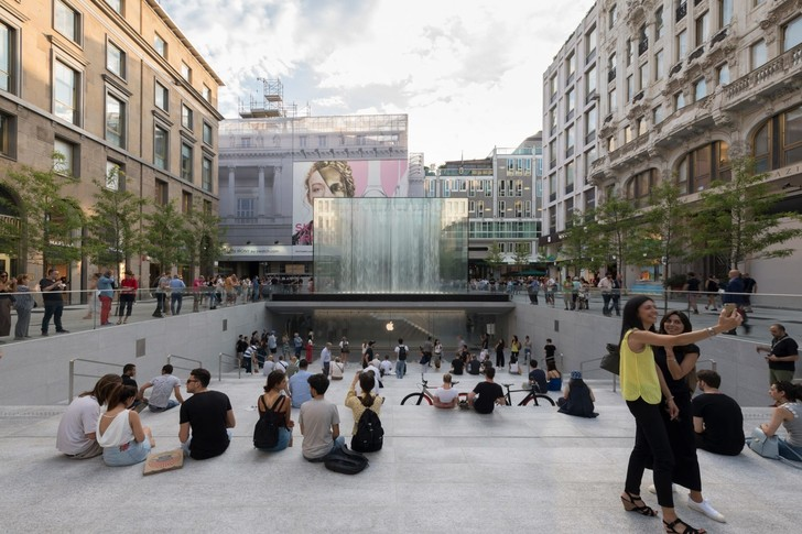 Бутик Apple с водопадом в центре Милана (фото 2)