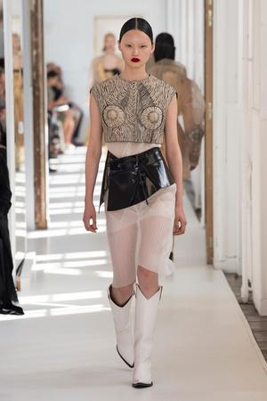 Показ Maison Margiela коллекции сезона Осень-зима 2017-2018 года Haute couture - www.elle.ru - Подиум - фото 624421