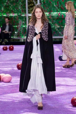 Показ Christian Dior коллекции сезона Осень-зима 2015-2016 года haute couture - www.elle.ru - Подиум - фото 596923
