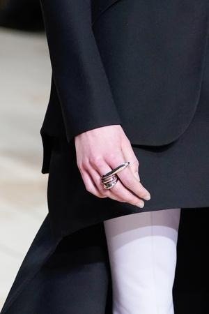 Украшения в виде драгоценных амулетов на показе Alexander McQueen (фото 6.2)