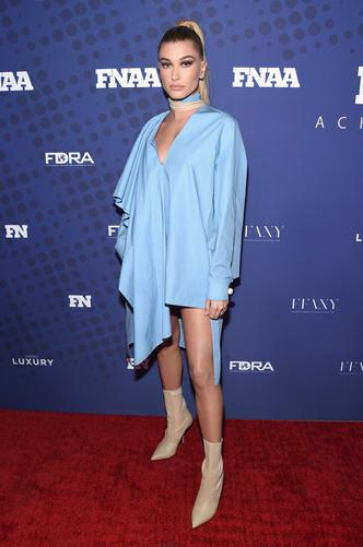 Хейли Болдуин в платье-тунике Fendi на премии в Нью-Йорке (фото 3)