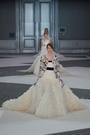 Показ Giambattista Valli коллекции сезона Осень-зима 2015-2016 года Haute couture - www.elle.ru - Подиум - фото 596981