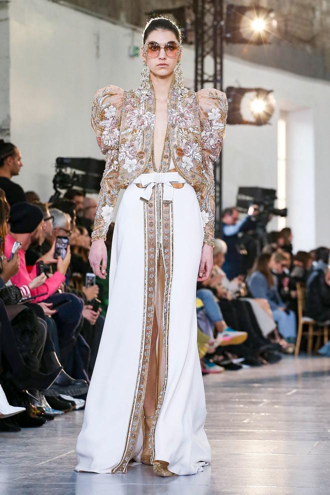 Вырезы в форме галстука и сотни тысяч кристаллов: Elie Saab Haute Couture 2020 (фото 33.1)