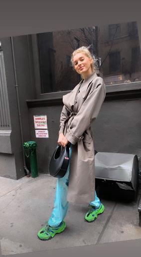 Блестящие брюки на каждый день: идея весеннего образа от Эльзы Хоск (фото 0.1)