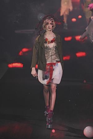 Показы мод John Galliano Весна-лето 2010 | Подиум на ELLE - Подиум - фото 2911