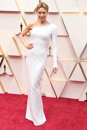 Видение в белом: невероятно красивая Рене Зеллвегер на церемонии «Оскар-2020» (фото 2.1)