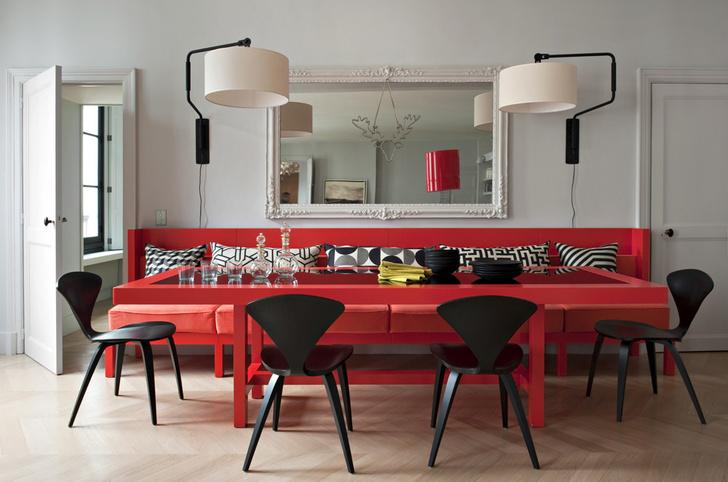 Обеденная зона гостиной. Стол и диван сделаны по эскизам Double G. Вокруг стола — стулья, дизайн Нормана Шеме, Sentou (современное переиздание модели 1950 года). Бра Swivel Wall light, дизайн Дика ван Хофа.