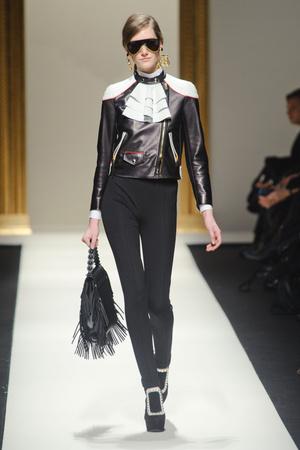 Показы мод Moschino Осень-зима 2013-2014 | Подиум на ELLE - Подиум - фото 709