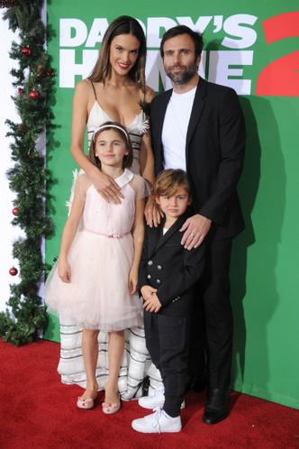Алессандра Амбросио с детьми на премьере в Вествуде фото [1]