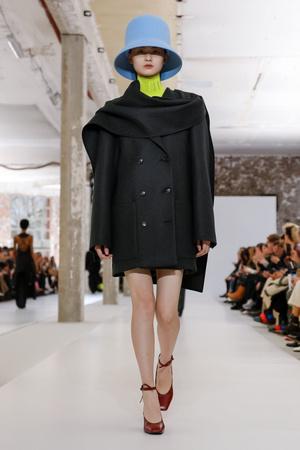 Неоновые шляпы и платья-подушки: Nina Ricci RTW Fall 2019 (фото 7.2)