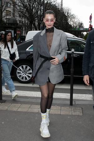 Белла Хадид в жакете Heron Preston и в кроссовках Balenciaga (фото 1)