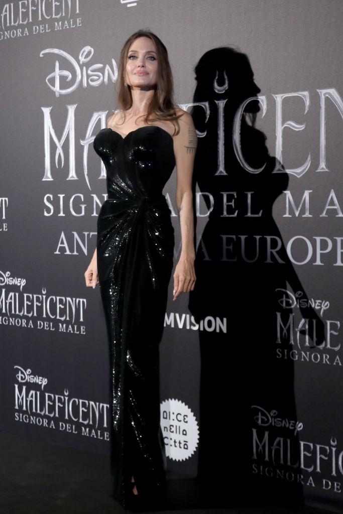 Темные силы: Анджелина Джоли в сексуальном платье Atelier Versace (фото 1)