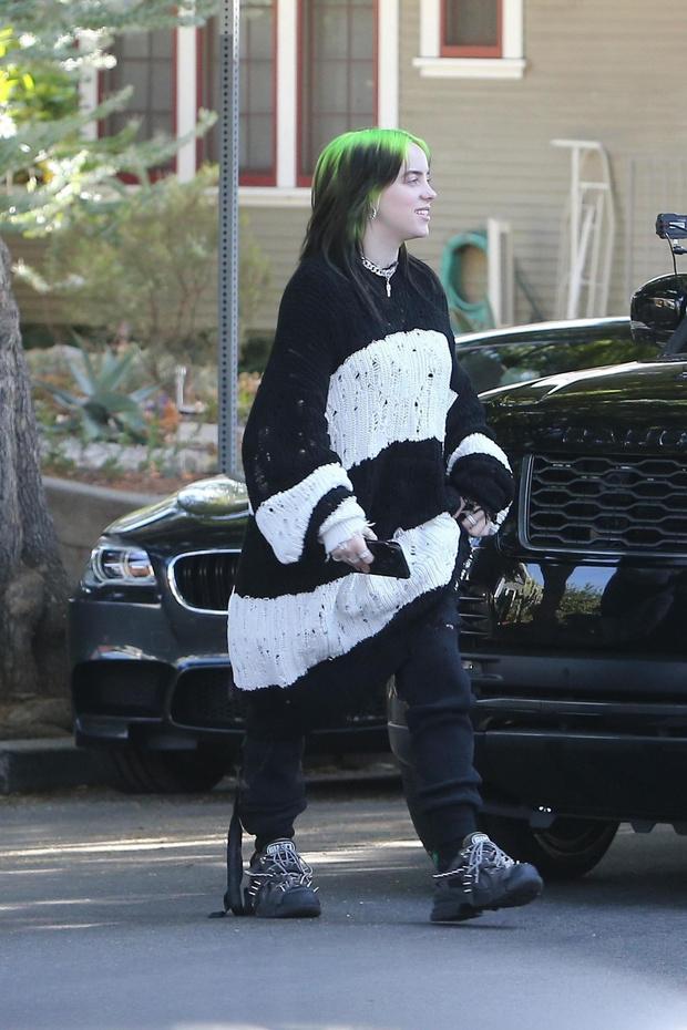Билли Айлиш подает пример, как носить oversize-свитер (фото 2)
