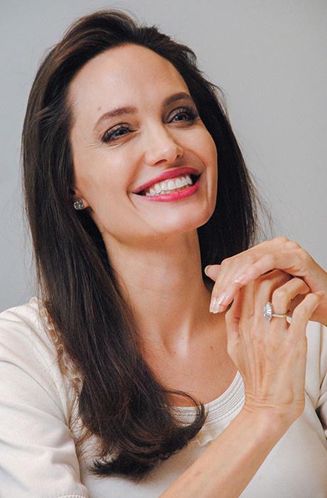 Белая полоса: новый эффектный выход Анджелины Джоли фото [1]