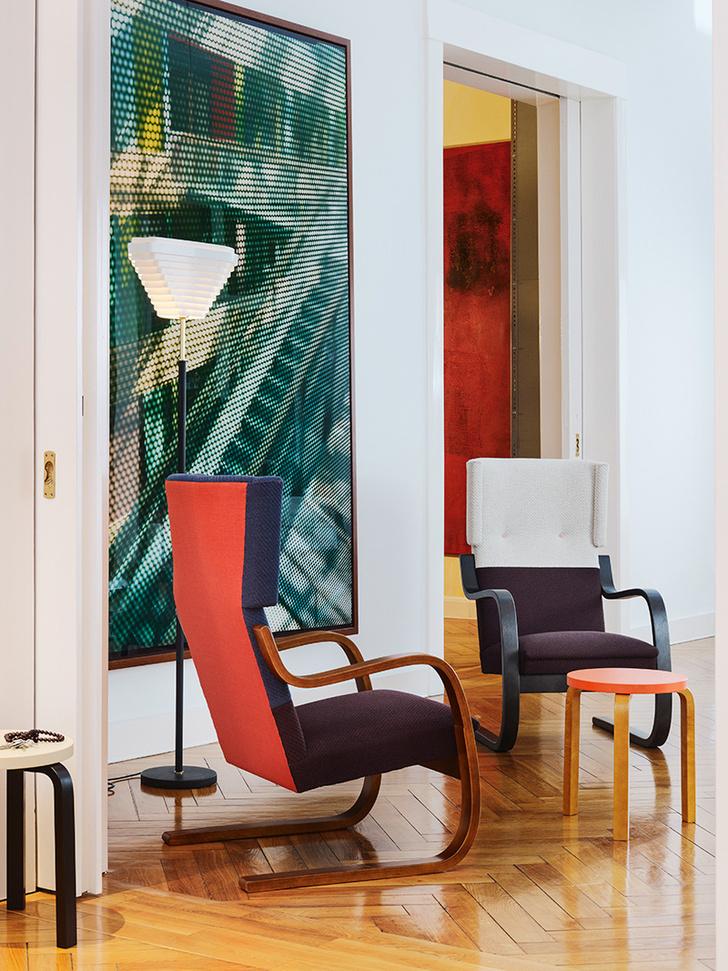 Кресла 401 от Artek — классическая модель Алвара Аалто (1933) в новой двухцветной обивке, разработанной Хеллой Йонгериус.
