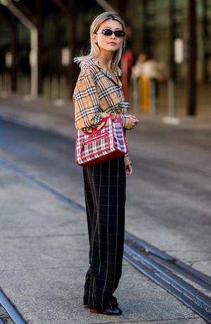 Уличный стиль 2019. Фото уличного стиля одежды знаменитостей и звезд ... f7b19069ed2