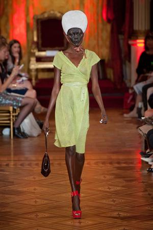 Показы мод Vivienne Westwood Весна-лето 2013 | Подиум на ELLE - Подиум - фото 1018