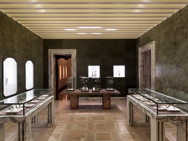 Галерея мужских часов. Стены в зале обтянуты кожей зеленого цвета. На полу — паркет по эскизам Питера Марино. Балки на потолке и мраморные подстолья напоминают работы Карло Скарпы и воссоздают атмосферу итальянской архитектуры 1960-х годов.