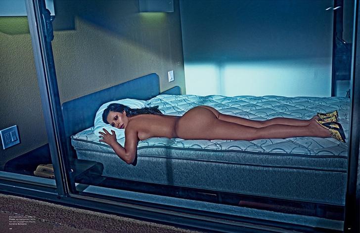 Ким Кардашьян разделась в новой фотосессии