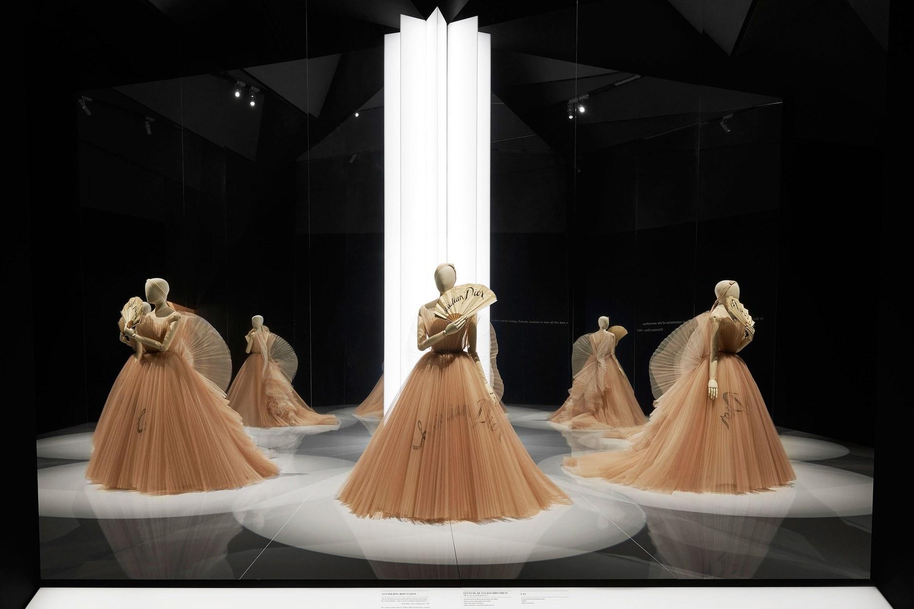 47e80a3d4d0083 Выставка «Кристиан Диор: дизайнер мечты» в Лондоне | ELLE Decoration