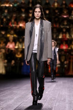 Как носить пуховик с вечерним платьем? Ответ найдете на показе Louis Vuitton (фото 12.2)